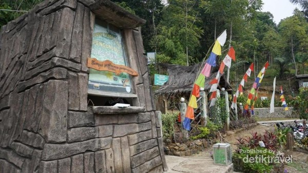 Gerbang masuk Gunung Padang , disini pengunjung dapat membeli tiket masuk seharga Rp 5.000,- per orang.
