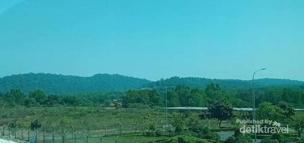 Pegunungan di sekeliling Bandara Internasional Phu Quoc.