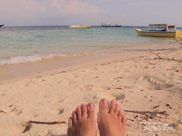 Bersantai sebelum nyebur main air di Pulau Badi
