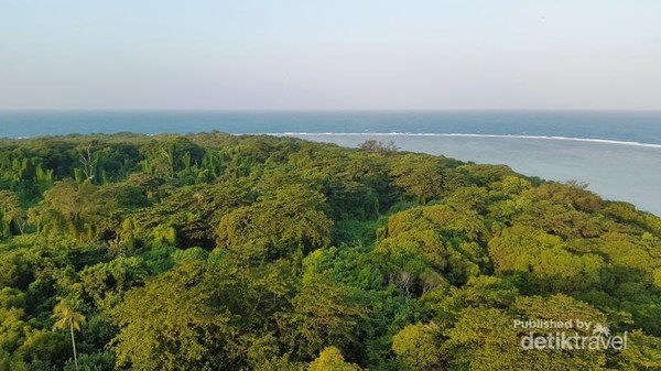 Pulau biawak dari atas mercusuar