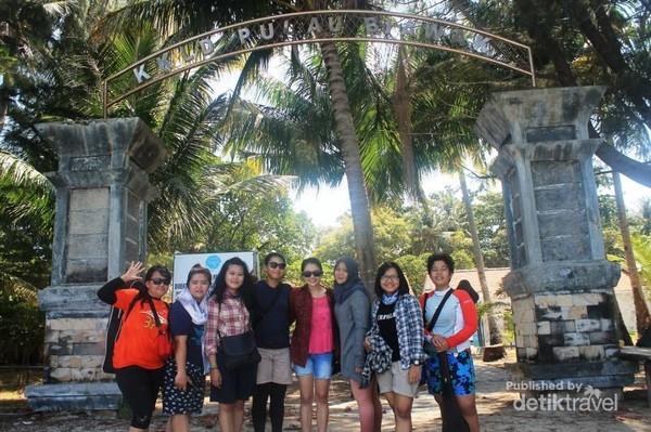 Foto bareng di gerbang Pulau Biawak