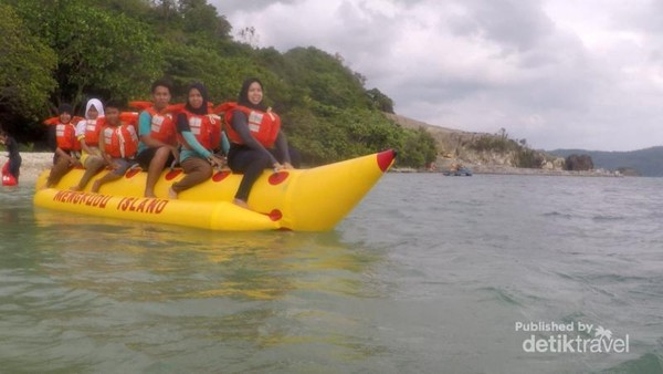 Uji adrenalin dengan naik banana boat,pasti seru deh..