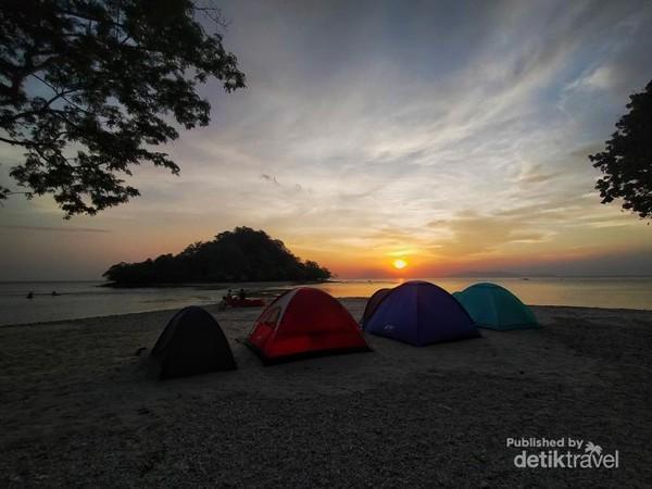 Bagi yang ingin menginap,gelar tenda di pulau mengkudu merupakan pilihan tepat.