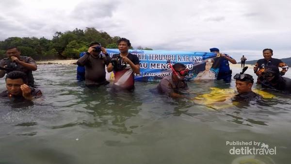 Kapolres,Wakapolres dan Babang Tamvan rela basah-basahan demi pelestarian lingkungan di pulau mengkudu