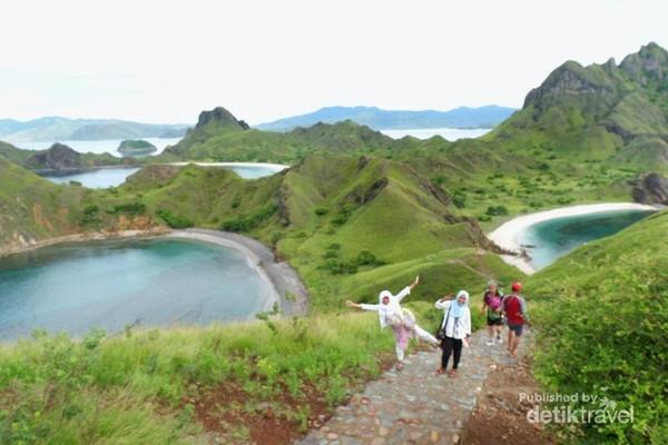 Akses menuju puncak di Pulau Padar sudah bagus dan nyaman untuk berpijak sehinnga aman bagi traveller saat tracking.