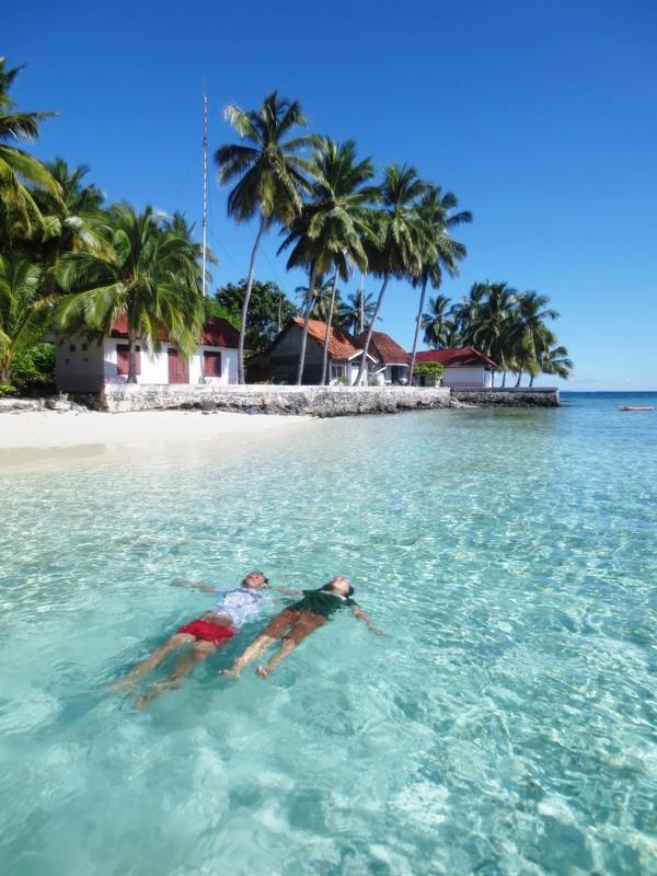 mengapung d atas permukaan air laut pulau Sawa
