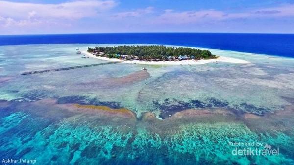 Aerial view Pulau Salissingan yang dikelilingi laut dangkal dan pecahan karang