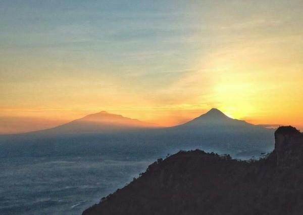 Melihat kemegahan alam dari atas Puncak Suroloyo