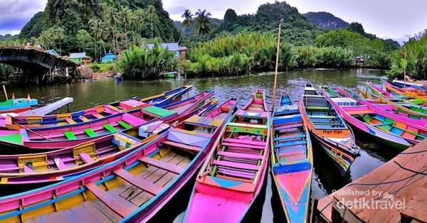 Barisan perahu yang berjajar.