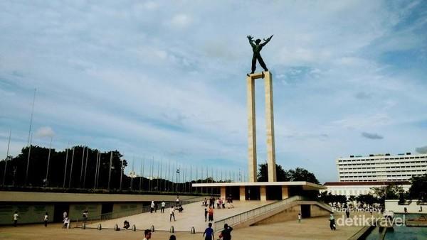 Patung Pembebasan Irian Barat yang berdiri di Lapangan Banteng, Jakarta Pusat.