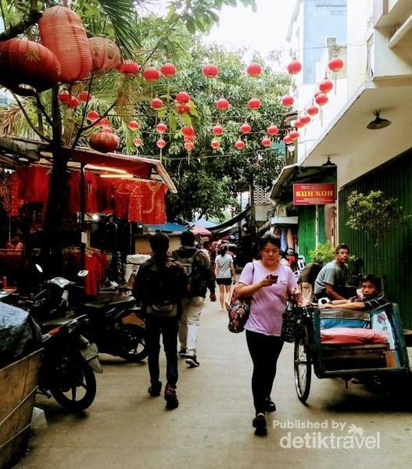 Petak Sembilan terkenal sebagai kawasan pecinan di Jakarta. Di sini terdapat berbagai makanan, ornamen, bangunan, hingga tempat ibadah masyarakat Tionghoa.