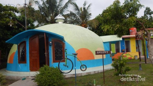 Rumah dome yang difungsikan sebagai mesjid.