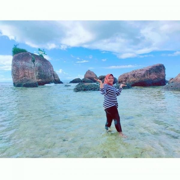 Pantai Bam, batu-batu yang menjulang tinggi menjadi benteng tangguh dari hempasan ombak