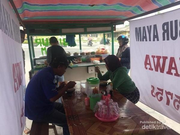 pembeli menikmati bubur ayam Jawa, Meski berada di lokasi kaki lima