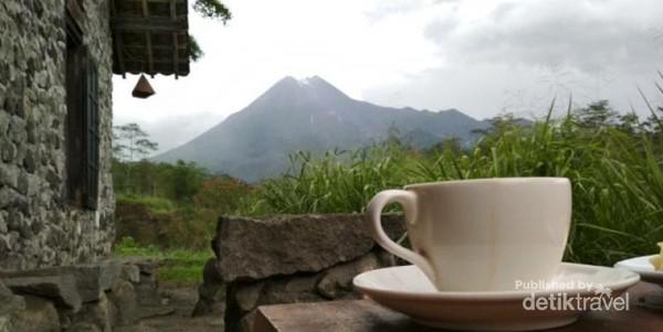 Secangkir kopi bersama dengan view Gunung Merapi