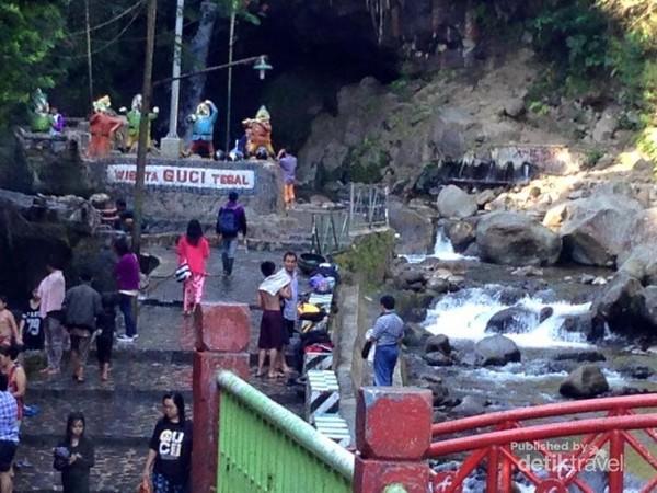Kolam renang air panas alami di Hotel Duta Wisata Guci