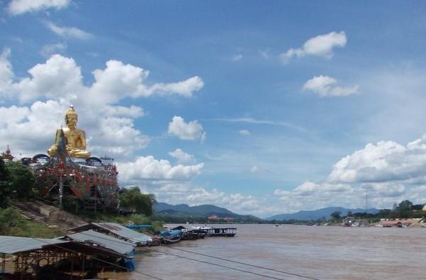 Pemandangan di sisi Thailand dengan landmark patung Buddha raksasa.