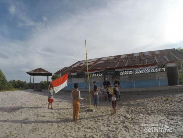 Latihan upacara bendera bersama anak laskar pelangi