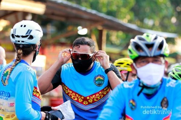 Semua peserta harus menggunakan masker ketika berada di garis start dan finish.