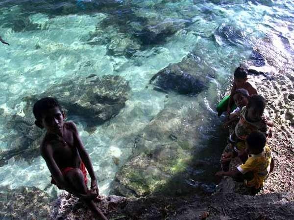 Anak-anak Pantai Pasir Putih yang menemani kami bermain (dok. Kusumorini Susanto/ACI)