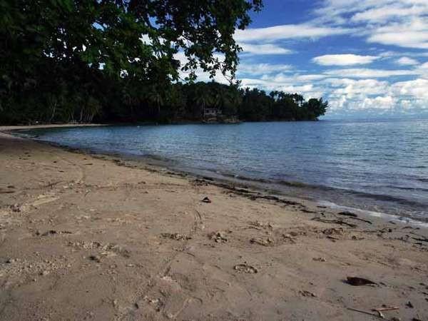 Pantai Pasir Putih di Fakfak merupakan pantai wisata yang bersih (dok. Kusumorini Susanto/ACI)