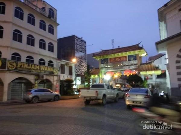 Menuju Chinatown Kuching, tampak dari kejauhan gerbang Chinatown.