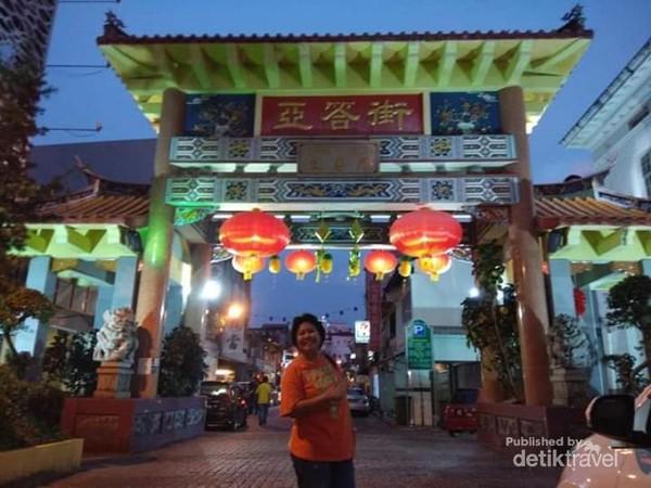 Berfoto di Gerbang Chinatown Kuching Sarawak