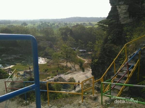 Tangga - tangga besi yang digunakan pengunjung untuk sampai ke puncak Bukit Patrum.