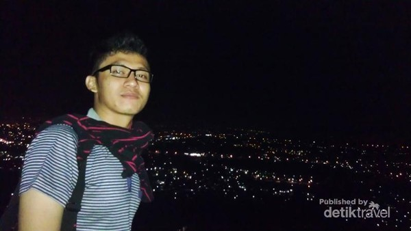 Berfoto dengan latar belakang Kota Padang di kala malam