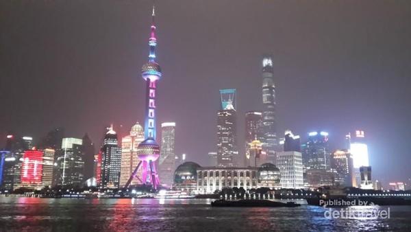 Gedung-gedung pencakar langit di kawasan Pudong dengan cahaya warna warni nan romantis