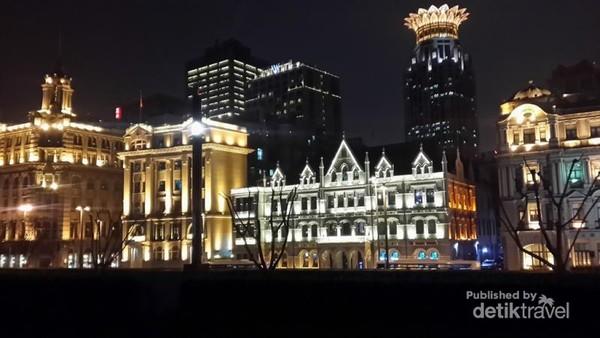Cahaya keemasan dari gedung-gedung menambahkan nuansa gothic dan klasik pada arsitekturnya