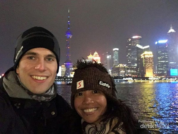 Berfoto berlatar belakang kawasan Pudong