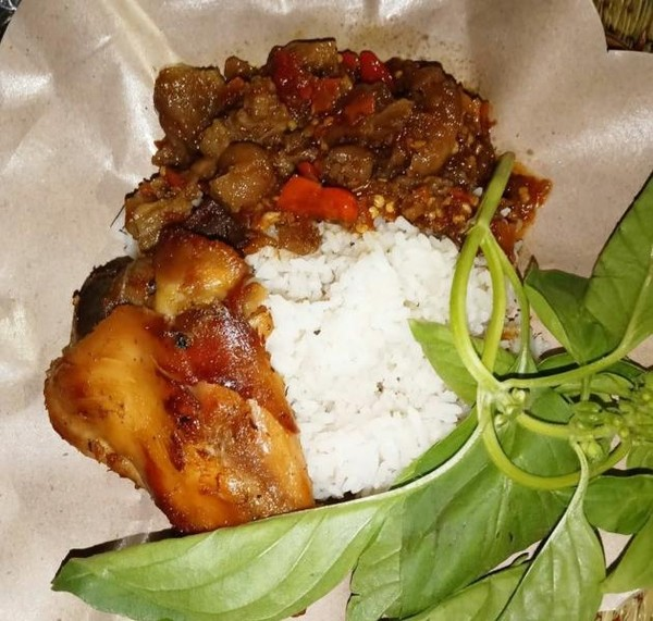 Perpaduan antara oseng-oseng mercon dengan nasi hangat.