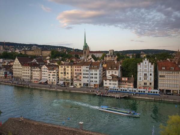 Di Taman Lindenhof bisa menikmati pemandangan indah kota Zurich dari ketinggian 25 meter di atas Sungai Limmat