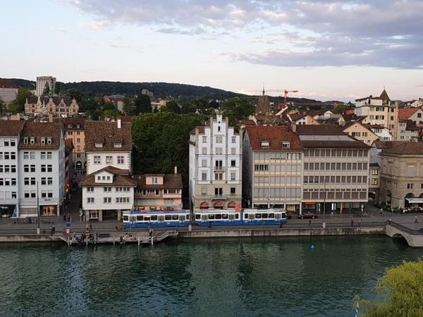 Menatap kesibukan kota Zurich sambil mencari ketenangan jiwa