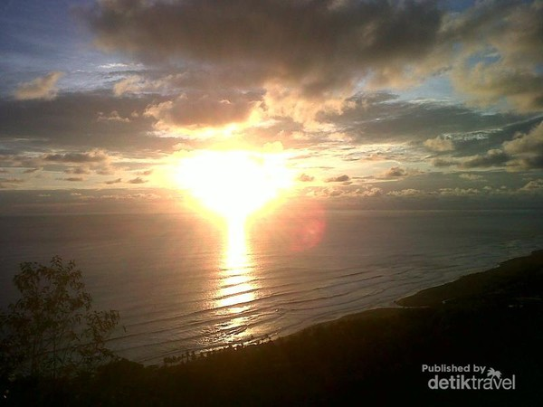 Matahari senja menyambut kedatangan kami di Parang Endog