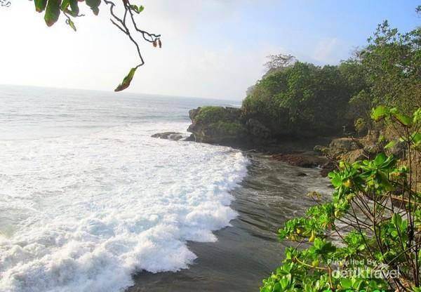 Deburan ombak mendekati garis pantai