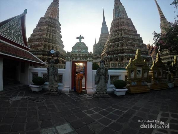 Bhiksu yang ada di kawasan Wat Pho