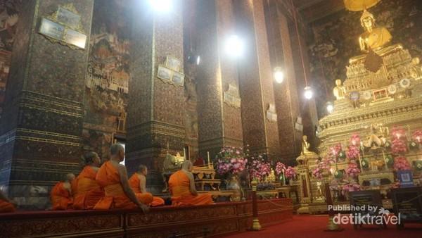 Bhiksu yang sedang beribadah