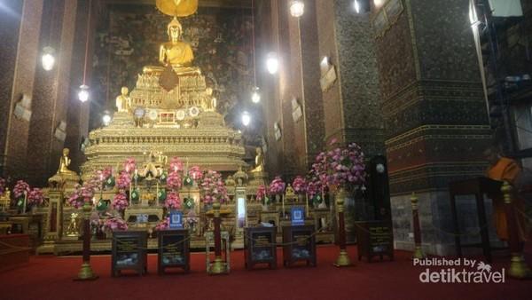Terdapat meja persembahan dan patung Buddha di bagian depan ruang peribadatan