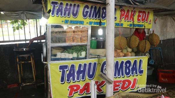 Yang unik hampir setiap penjual tahu gimbal di Semarang menamakan kedainya Tahu Gimbal Pak Edi