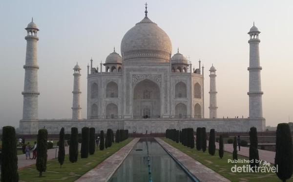 Taj Mahal adalah maha karya terindah dibangun Shah Jahan untuk makam istri tercintanya, Mumtaz Mahal