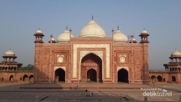 Masjid di dalam kompleks Taj Mahal terbuat dari batu pasir merah. Berada di sebelah kanan Taj Mahal menghadap Mekkah. Lantainya dirancang dalam bentuk sajadah yang berjumlah 569.