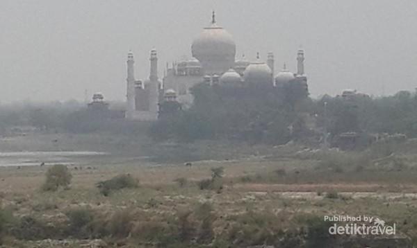 Taj Mahal dilihat dari Agra Fort, tempat Shah Jahan memandangi Taj Mahal di sisa hidupnya.