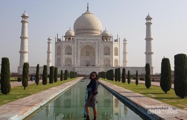 Taj Mahal terletak di kota Agra,India. Tercatat sebagai 7 keajaiban dunia baru.