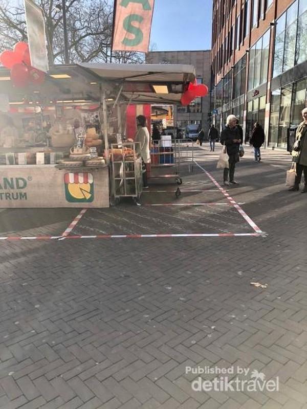 Di pasar tradisional pun diberlakukan aturan jaga jarak 1,5 meter