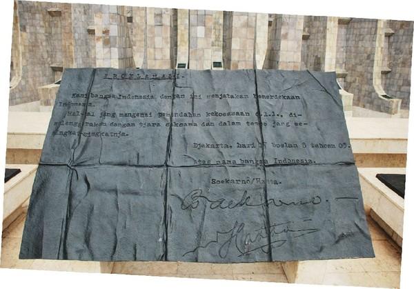 Naskah Proklamasi yang terpampang di Taman Proklamator
