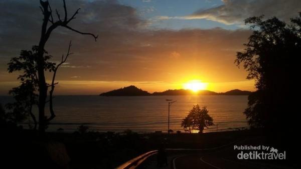 Matahari terbenam di Teluk Mandeh