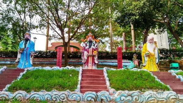 Patung 3 Dewa (Dewa Kegembiraan, Dewa Kemakmuran, dan Dewa Panjang Umur)