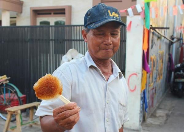 Pak Akso menunjukkan es kepal buatannya